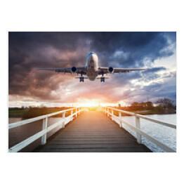 Samolot Wzbijający Się W Powietrze O Wschodzie Słońca