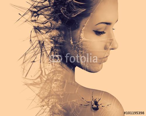 Dwoistego ujawnienia portret młoda kobieta i pająk na sieci. Halloween.