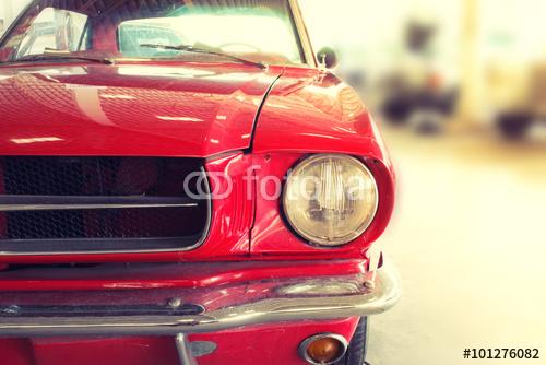 Czerwony zabytkowy samochód