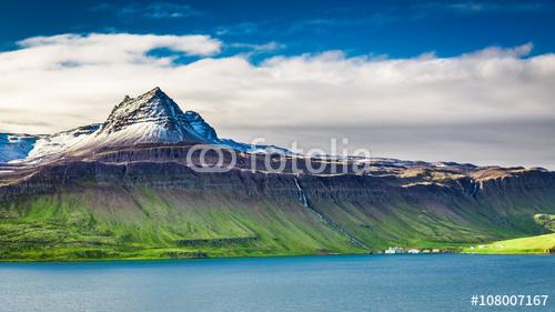 Powulkaniczna góra nad fjord, Iceland