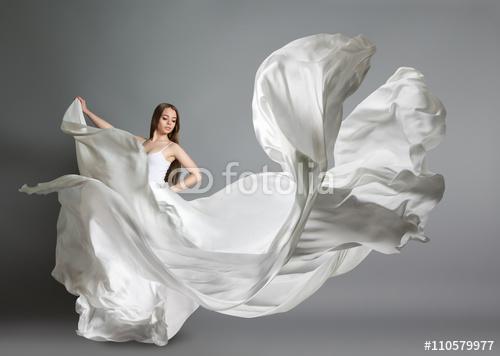 514b7d3a1c Fototapeta samoprzylepna. piękna młoda dziewczyna tańczy. Dziewczyna w  latającej białej sukni. Biały materiał leci w powietrzu. Biała lekka  sukienka