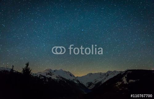 Głębokie niebo w Alpach w Austrii