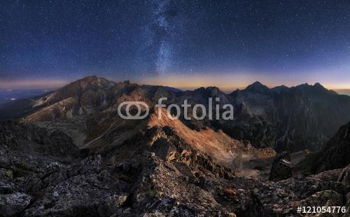 Górski krajobraz z nocnego nieba i Mliky sposób, Słowacja Tatry