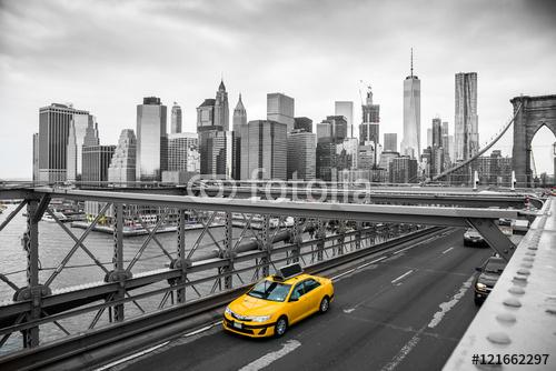 Żółta taksówka na tle mostu brooklińskiego