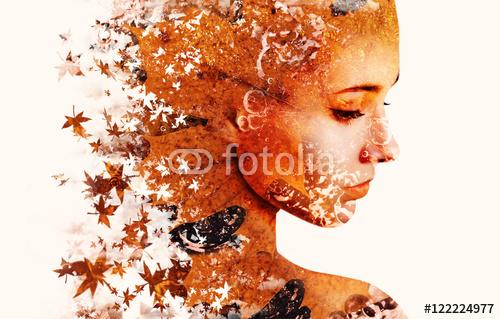 Podwójne ekspozycji portret młodej kobiety i jesienią spadających liści.