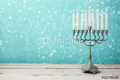 Menorah z świeczkami dla Hanukkah świętowania nad bokeh tłem