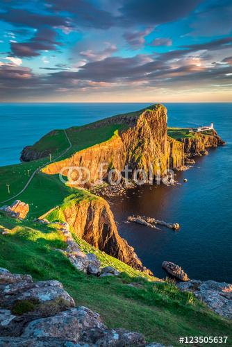 Zmierzch przy Neist punktu latarnią morską w wyspie Skye, Szkocja