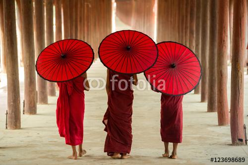 Ci nowicjusze lub kapłani w Birmie.