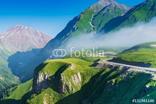 Mglista góra na Gruzińskiej Militarnej drodze, Gruzja