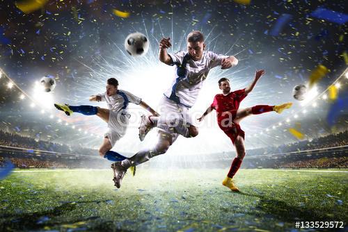 Piłkarze W Akcji Na Tle Stadionu