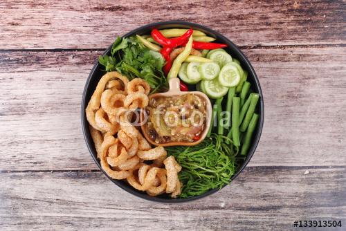 Zielony chili dip jako Nam Prik Num podawane danie strony.