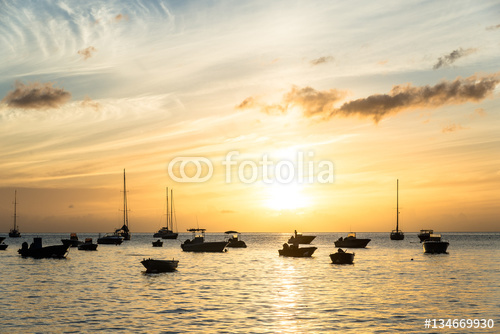 """sylwetki łodzi rybackich w zatoce """"Anse a la Barque"""" w słońcu"""