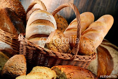 Skład z różnych produktów do pieczenia na drewnianym stole