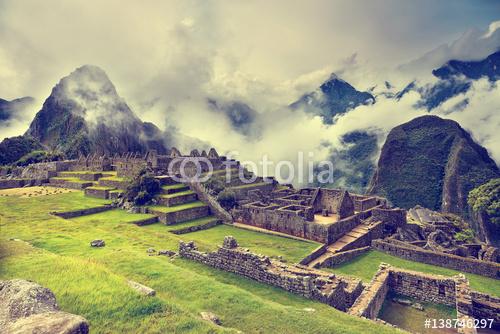 """MACH PICCHU PERU, MAJ, - 31, 2015 Widok antyczny inka miasto Mach Picchu. XVI-wieczna siedziba Inków. """"Największe miasto Inków"""". Ruiny sanktuarium Machu Picchu. Miejsce światowego dziedzictwa UNESCO."""