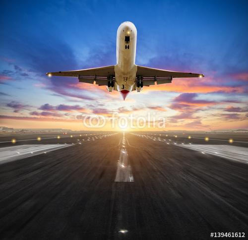 Samolotowy lądowanie lotniskowy pas startowy w zmierzchu świetle