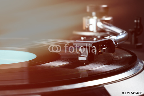 vintage gramofon w akcji z bliska