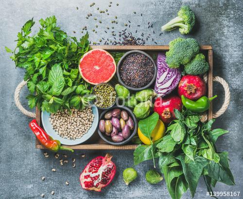 Warzywa, owoce, nasiona, zboża, fasola, przyprawy, pożywienie, zioła, przyprawa w drewnianym pudełku na wegańskie, bezglutenowe, przyjazne dla alergików, czyste jedzenie lub surowa dieta. Popielaty betonowy tło i odgórny widok