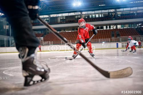 Mecz hokeja na lodowisko w akcji.