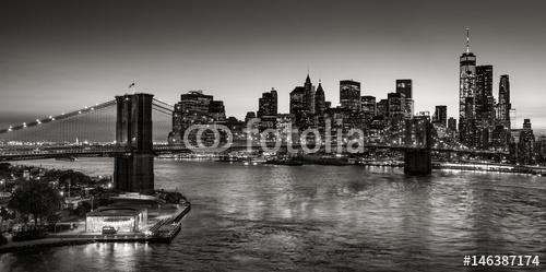 Czarno-biały podniesiony widok z Brooklyn Bridge i Dolnego Manhattanu wieżowce o zmierzchu. Skyline dzielnicy finansowej z East River. Nowy Jork