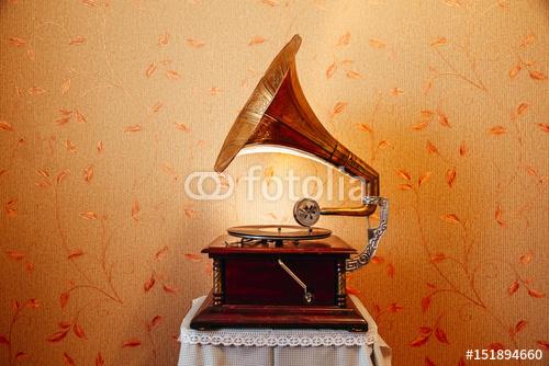 vintage gramofon odtwarza płytę