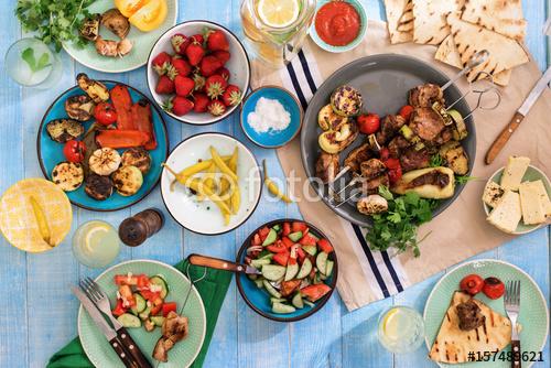 Shish kebab, różne grillowane warzywa, sałatki, lemoniada, truskawki i przekąski