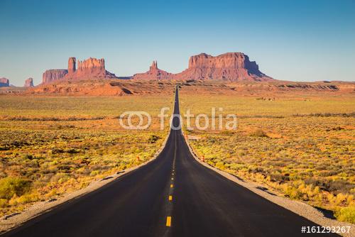 Pomnikowa dolina z USA autostradą 163 przy zmierzchem, Utah, usa