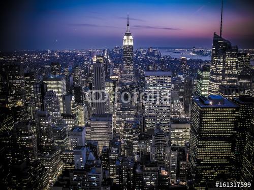 814a7fdb Rozświetlone wieżowce Manhattanu w Nowym Jorku z Empire State Building
