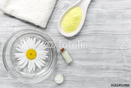 Skład Spa na drewniane biurko z soli, rumianek, ręcznik i masło miejsca dla tekstu widok z góry