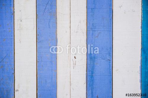 Niebieskie i białe drewniane ściany