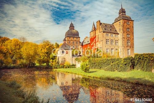 Piękny jesienny / letni widok na zamek (Niemcy, Schloss Myllendonk)