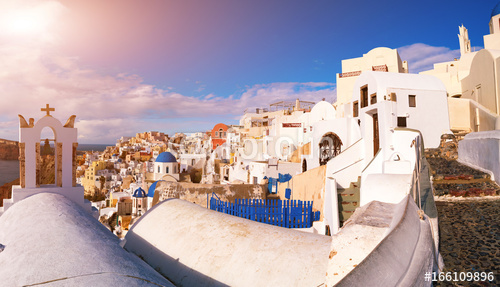 Białe domy w miejscowości Oia na wyspie Santorini