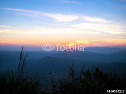 zachód słońca i warstwa gór