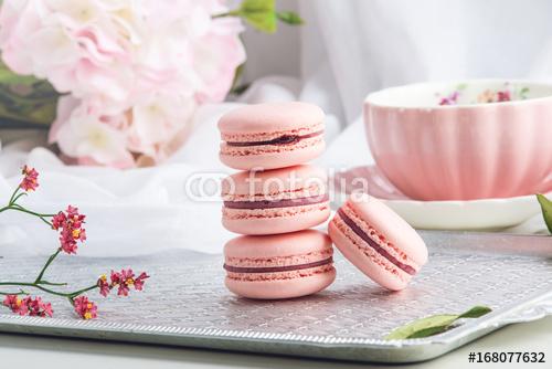 Różowi truskawkowi macarons. Francuski delikatny deser na śniadanie