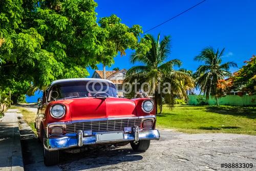 HDR czerwony amerykański klasyczny samochód na plaży w Hawanie na Kubie
